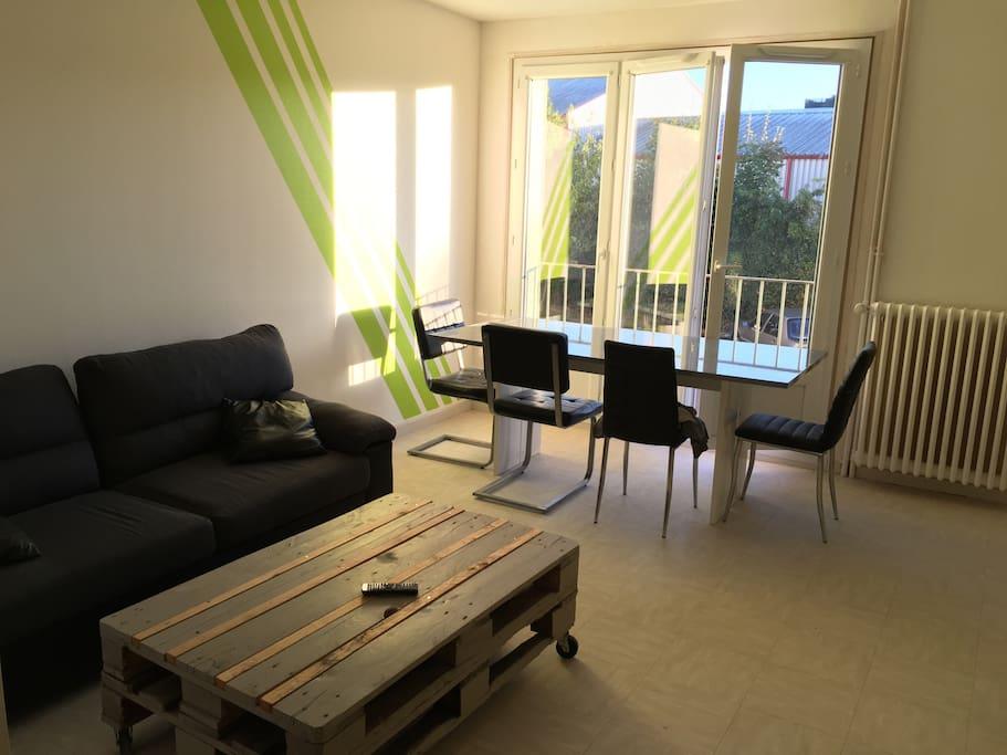 Salon spacieux avec très grande table pour dîner, canapé , table basse, télé 127cm et système home cinéma