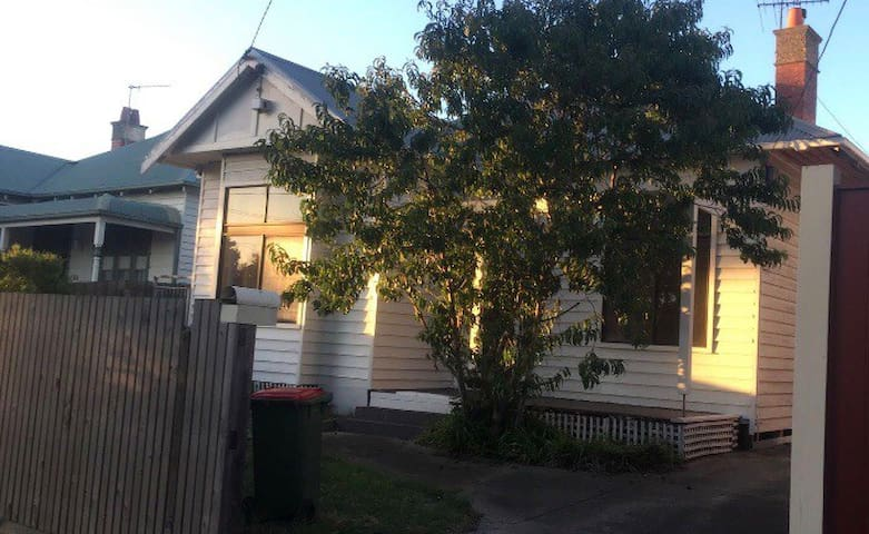 Share room For 1 girl in Yarraville