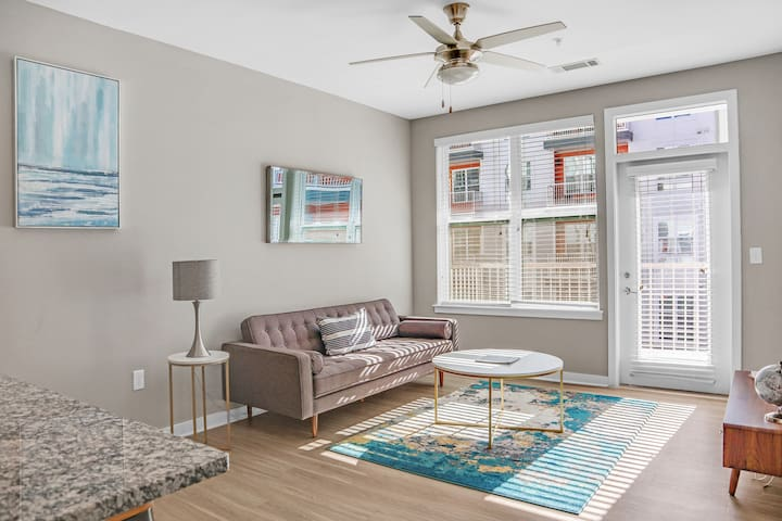 Modern 1BR★CorpHousing★2 Mils to Uptown~Cable~WiFi