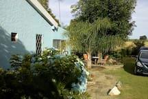 Casa amplia con mucho espacio verde
