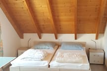 Schlafzimmer (Betten trennbar)