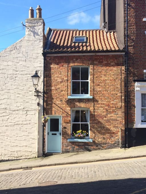 Front of Driftwood Cottage on cobbled street in Scarborough's Old Town