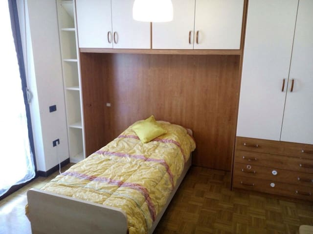 Ampia stanza con balcone - Vittuone - Квартира