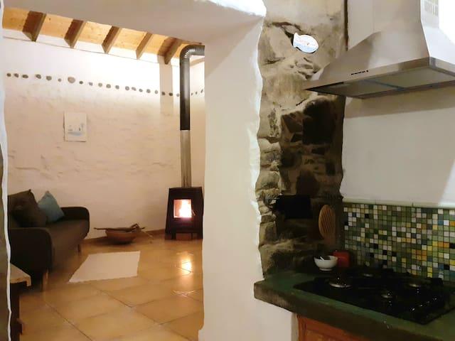 küchen &  wohnzimmer mit holzofen