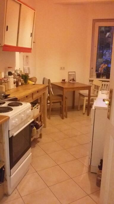 * die Küche (sieht jetzt etwas anders aus - ich habe sie beerenfaben gestrichen.  * kitchen - looks a bit different now - i painted it berry