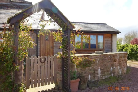 Warm & welcoming self contained farmhouse annex - Peterstow