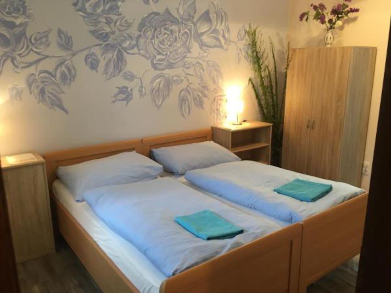 Im Zimmer Christa können die Betten bequem vom Doppelbett zu zwei Einzelbetten umfunktioniert werden
