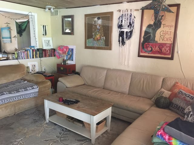 Private room in cozy home w/lush yard, lanai +pool