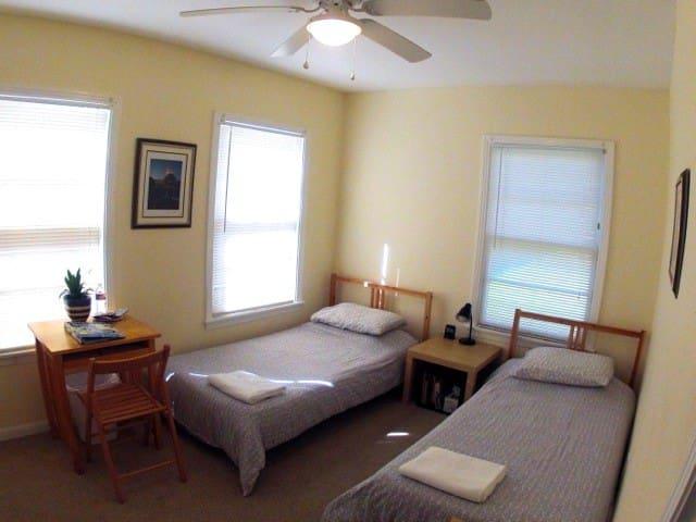 Harmony House (1 room w/ 2 beds) Central Austin