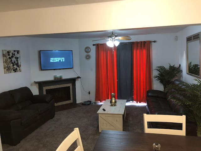 Cozy 2 bed 2 bath Town Home 5 min Away from LSU.