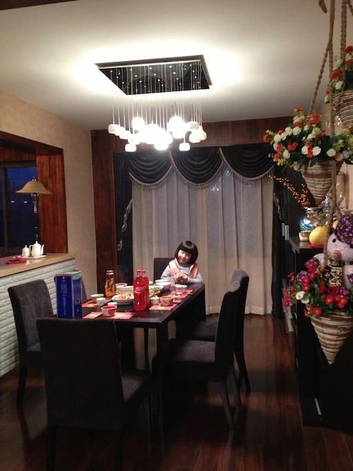 房东家闺女,餐前准备工作中!