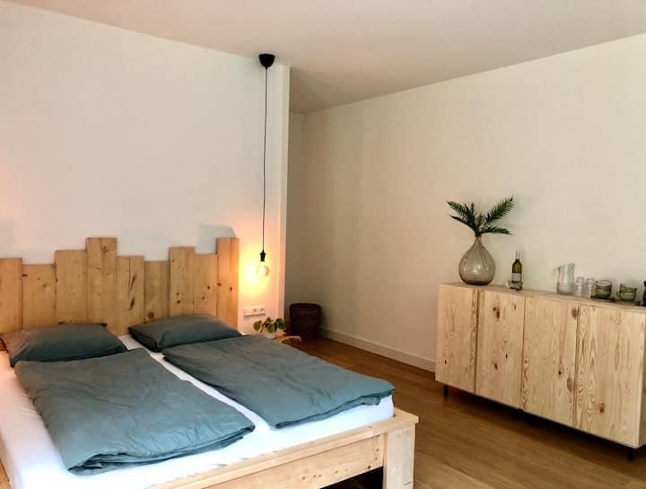 Luxe privékamer aan de bosrand van de Koog