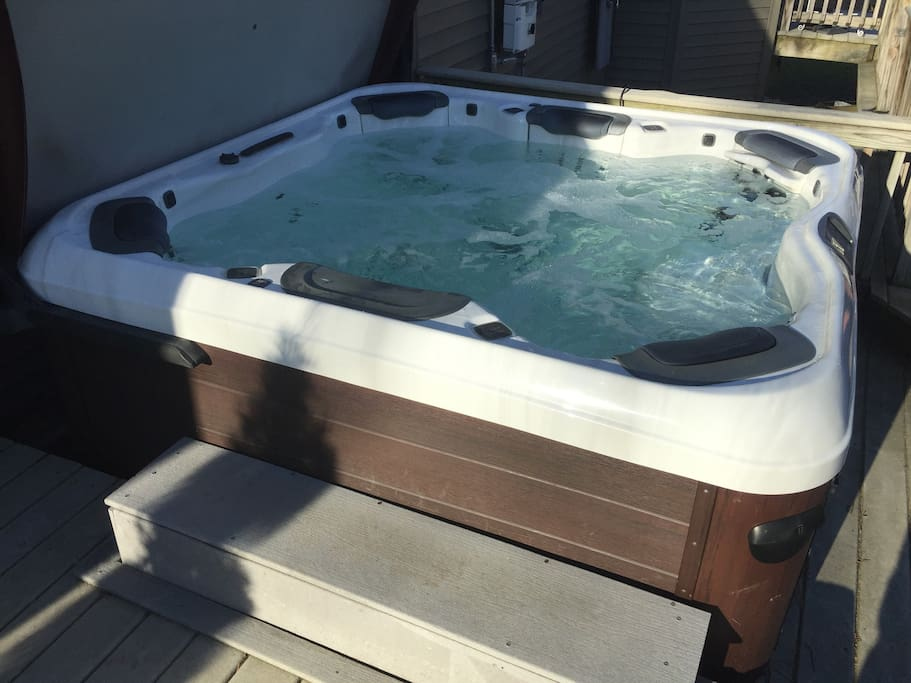 Luxurious outdoor hot tub w room for 6