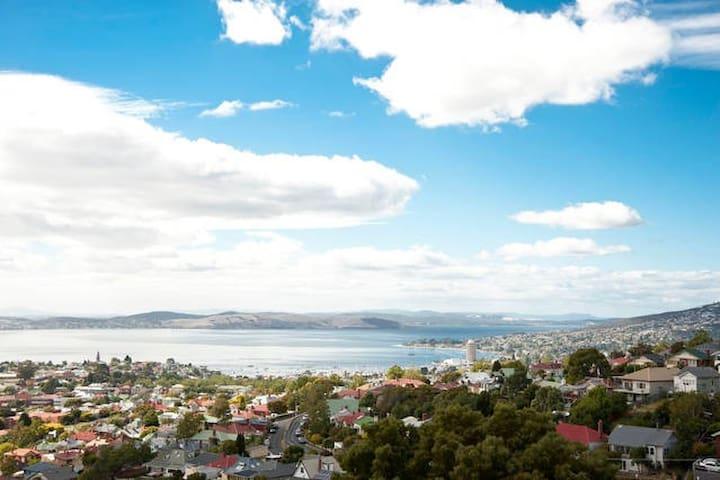 Poet's House (Upstairs Rooms) - West Hobart - Casa