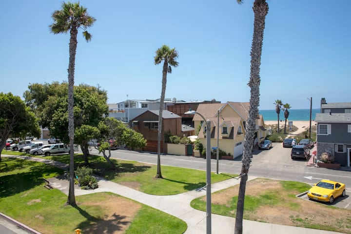 Cape Catalina is situated along the greenbelt of Sunset Beach with ocean views and easy beach access