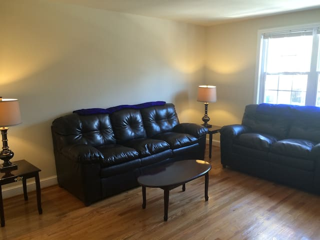 Entire Bethesda 2 bdrm / Close to Metro / Great AC