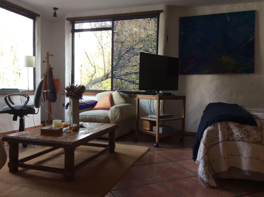 Desk and little living room in the bedroom / Habitación incluye un escritorio y un pequeño living