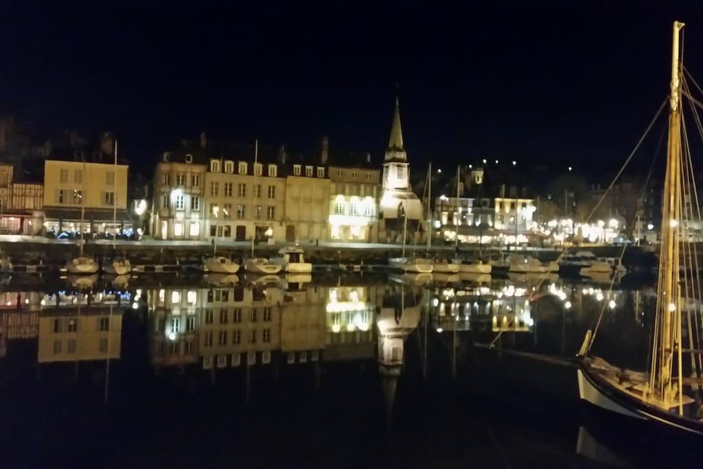 Honfleur by night se reflète dans l'eau du grand bassin