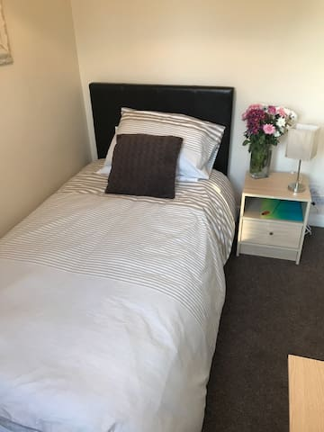 Lovely bright room close to town !! - Beaconsfield