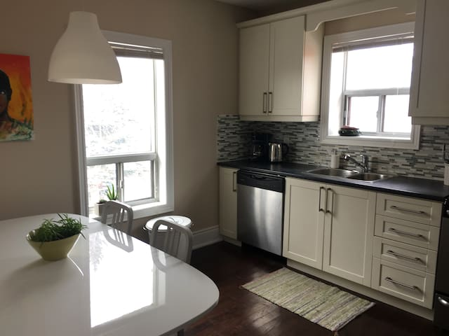 Bright and Airy 3 Bedroom Apartment w/ Parking - Toronto - Wohnung