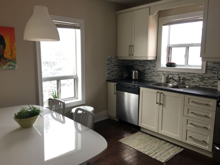 Bright And Airy 3 Bedroom Apartment W Parking Apartments For Rent In Toronto Ontario Canada