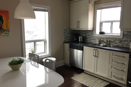 Bright and Airy 3 Bedroom Apartment w/ Parking - Toronto - Appartement