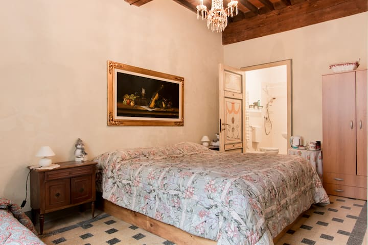 Nice private room with bathroom in Lucca