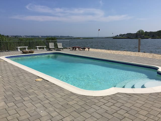 Dreamy waterfront pool dock 5Br4Bt