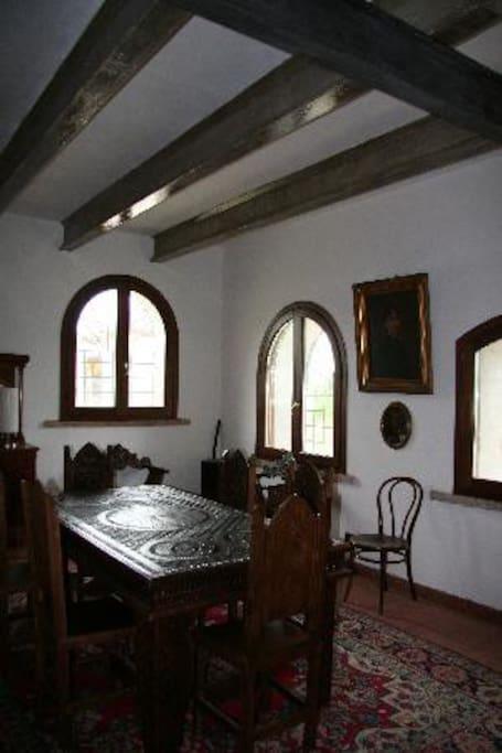 Salone interno con mobili originali