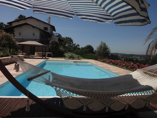 Vue panoramique + grande piscine 2 - Ascain - Bed & Breakfast