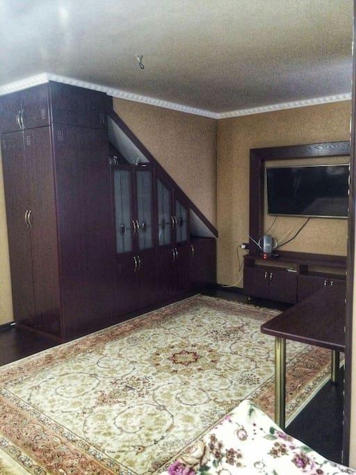 Номер с двухспальной и кроватью и диваном раскладным, максимальное количество мест 4