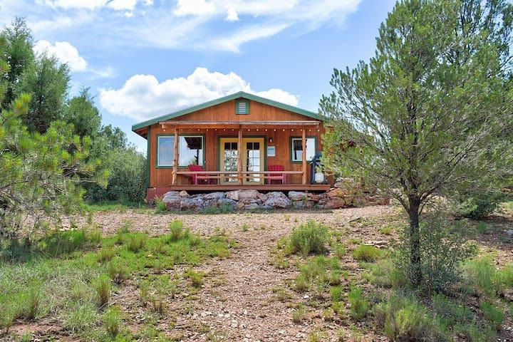 """Rustic Charm"" Cozy Cabin Near Grand Canyon"
