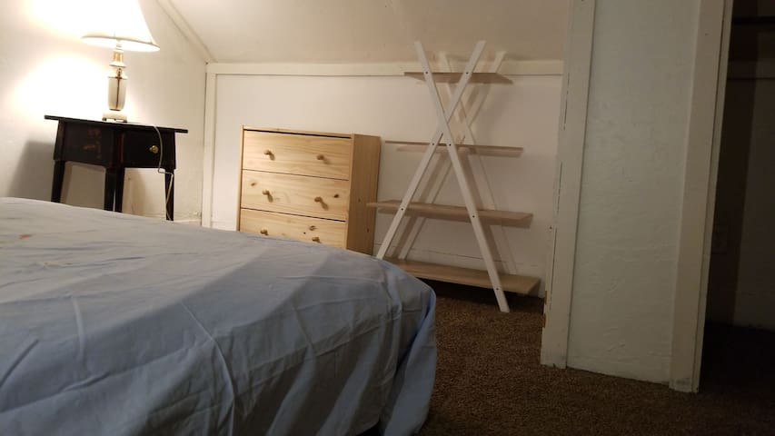 Cozy attic,full size&closet, free laundry&parking