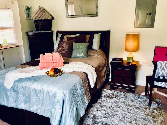 Cozy suite minutes from beach, downtown& shopping!