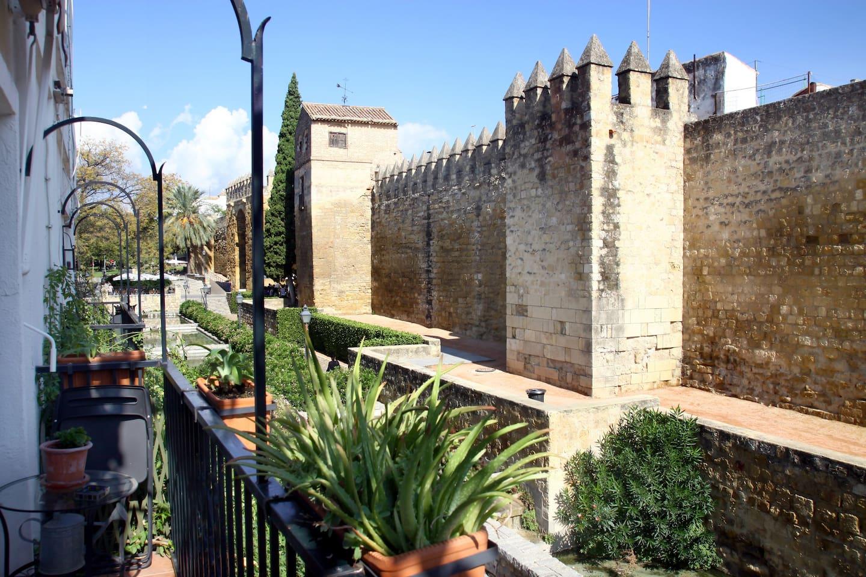 Balcón con vistas a la muralla de Córdoba.