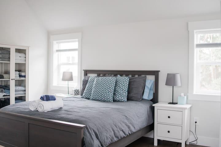 Master bedroom (lofted) Queen size bed
