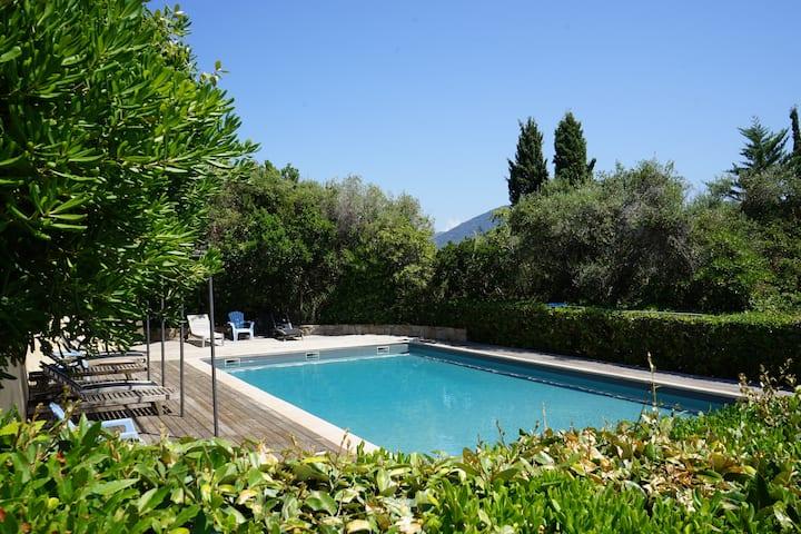 Villa 2 pièces climatisée, piscine, vue mer 180°