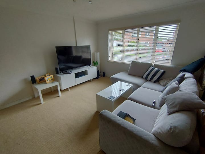 Comfy 2-bed flat - fairly central