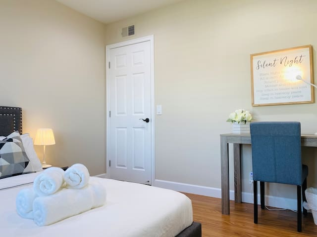Home away from home - private room in heart of OC
