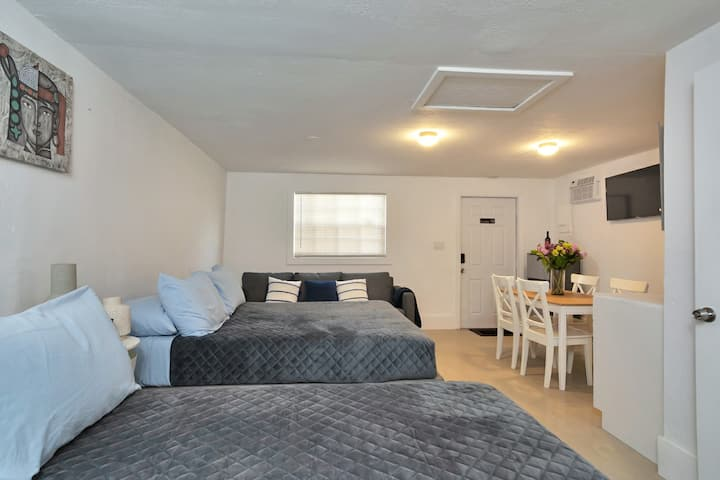LOVELY STUDIO /BATH, Hallandale Beach, FREE PARKING, SANITIZED (24HR GAPS) W/ GARDEN and BBQ