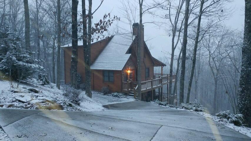 Logging Memories Cabin- Stunning Views!