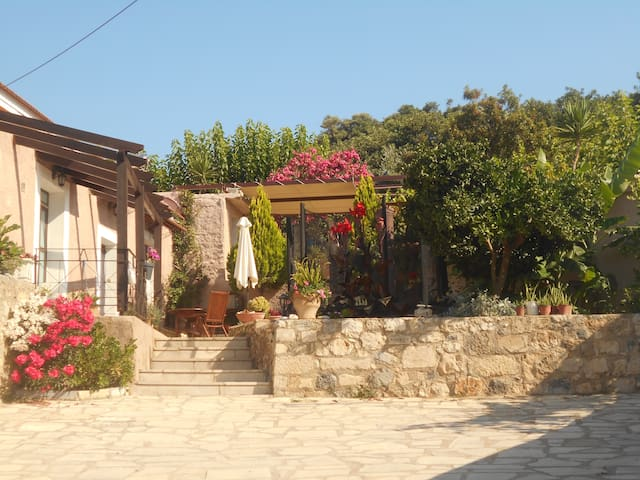 Taditional House Kefala1860 for 4-9 - Crete - Casa nella roccia
