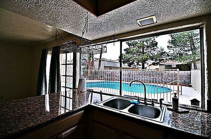 Beautiful Las Vegas Home - Pool, High-speed WIFI