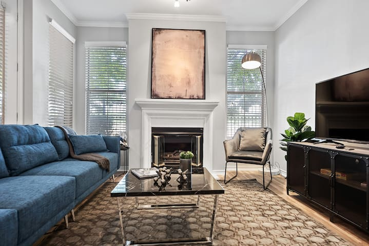 Stunning Uptown Apartment With Amenities + Parking