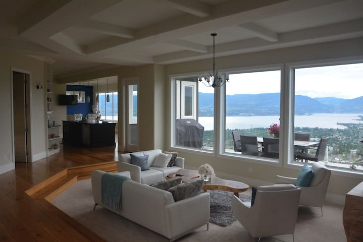 Sky House-Lake and City view 5 Bdrm suite. Hot tub