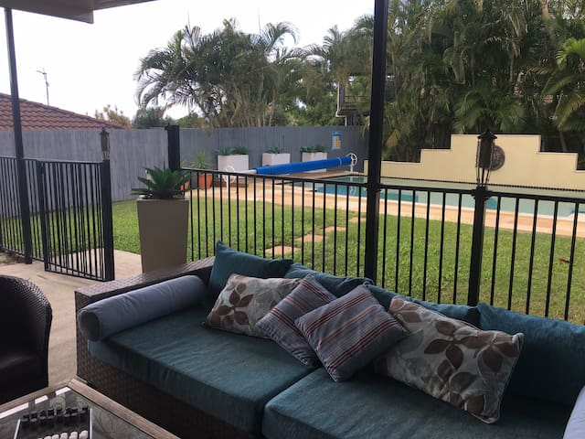 Media Rm, Tropical Pool, Free Wifi. Sleeps 15 -L2 - Robina - Bed & Breakfast