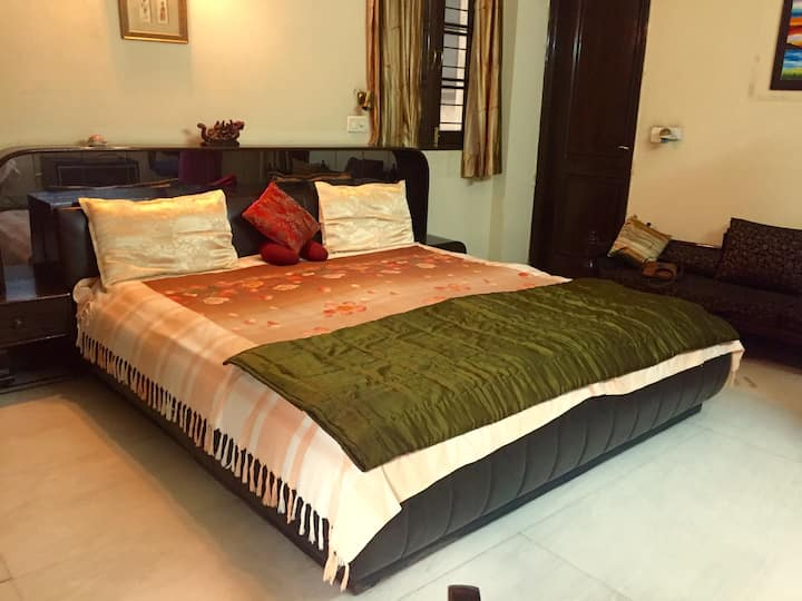 Spacious & comfortable room in South Delhi