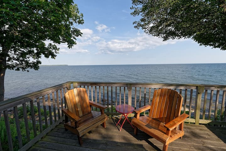Cozy and Comfortable Lakefront Cottage