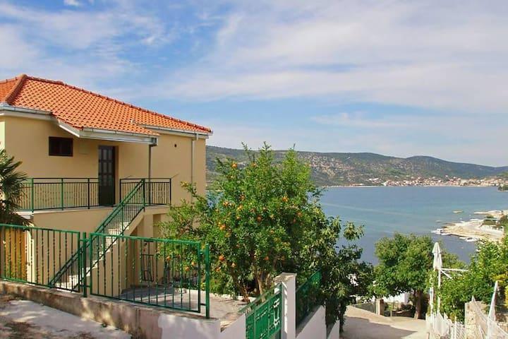 One bedroom apartment with terrace and sea view Poljica, Trogir (A-10011-d) - Poljica - Apartmen