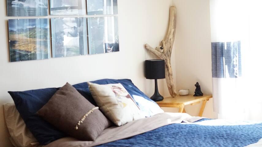 La chambre: lit double, tiroirs à votre disposition sous le lit, bureau